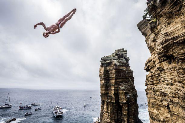 Azoreilla on järjestetty näin erikoislaatuinen uimahyppykilpailu.