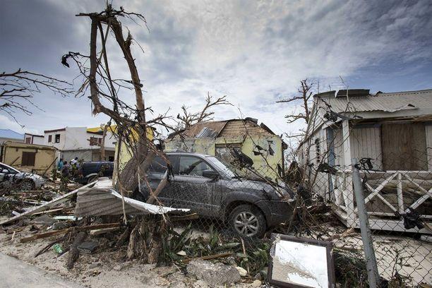 Saint Martinin saarella myrskytuulet ovat tuhonneet maan vankimpia rakennuksia ja kaatanut puita. Irmaa on kuvailtu kaikkien aikojen voimakkaimmaksi myrskyksi.