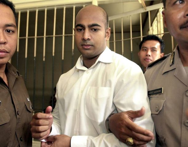Indonesian viranomaiset kuljettivat Myuran Sukumarania, 33, oikeussaliin Balilla vuonna 2006.
