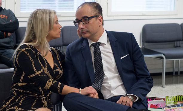 Heikki Lampela ja Hanna Kärpänen kuhertelivat juuri ennen pahoinpitelyoikeudenkäyntiä.