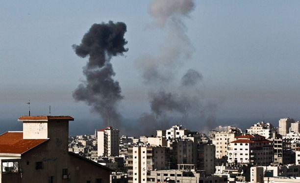 Savupatsaat Gazan yllä lauantaina.