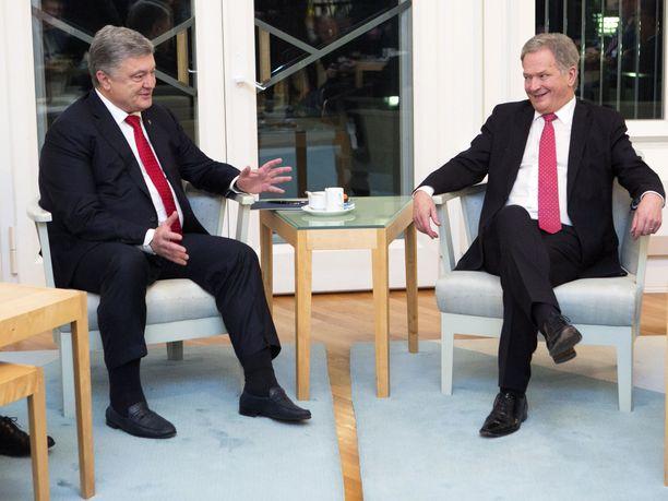 Ukrainen edellinen presidentti Petro Poroshenko ja presidentti Sauli Niinistö tapasivat Helsingissä. Nyt 12.-13. syyskuuta Tasavallan presidentti Sauli Niinistö tekee virallisen vierailun Ukrainaan ja tapaa nykyisen presidentin Volodymyr Zelenskyin  Kiovassa.