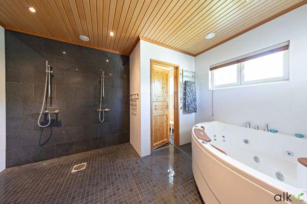 Kylpyhuoneessa on iso poreamme ja kaksi suihkua.