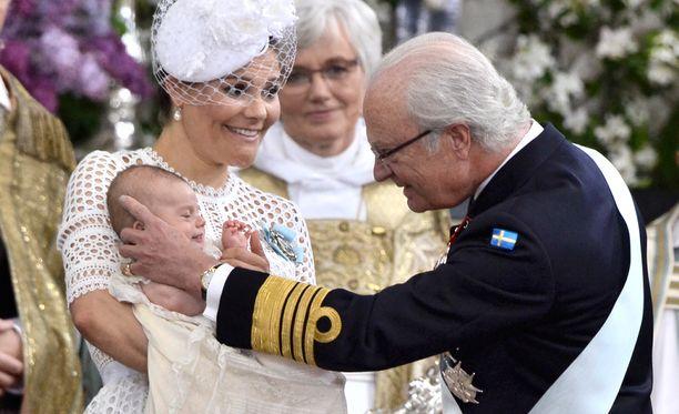Kuningas Kaarle Kustaa tervehtii tyttärenpoikaansa prinssi Oscaria tämän kastejuhlassa.