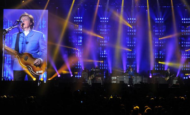 Paul McCartney villitsee Helsingin Areenalla.