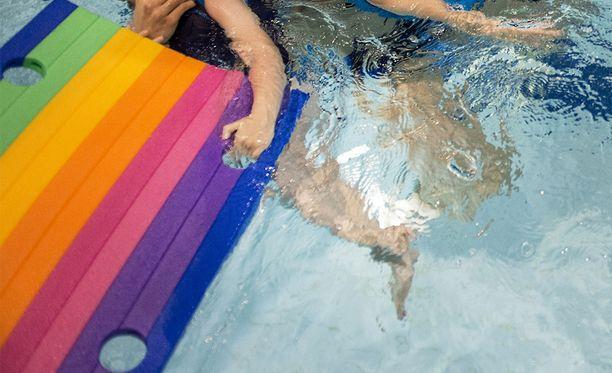 Eteläsavolainen nainen on toiminut lasten uintiohjaajana rikostuomiostaan huolimatta. Seura halusi odottaa ratkaisun lainvoimaa. Kuvituskuva.