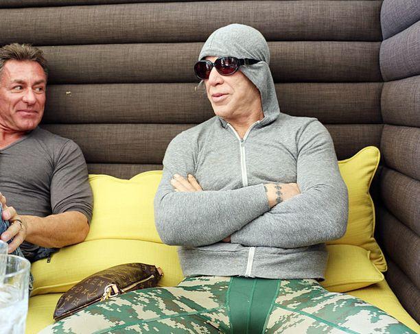 Mickey Rourke yritti viime viikolla saada lounastaa rauhassa. Paparazzithan eivät selvistäkään vihjeistä perusta.