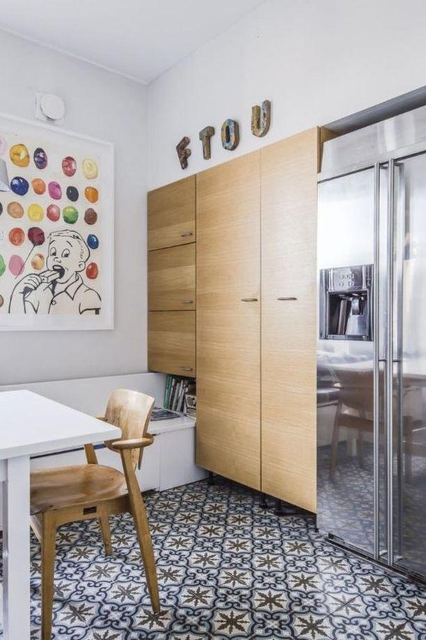 Vahvasti kuvioidut lattialaatat ovat tehneet tuloaan jo kauan. Tässä marokkolaiset laatat keittiön lattiassa.