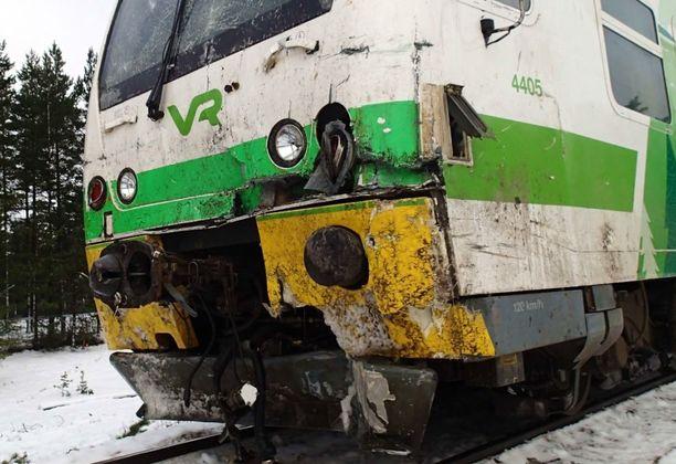 Onnettomuustutkintakeskus kuvasi vauriot kiskobussin keulassa onnettomuuden jälkeen.