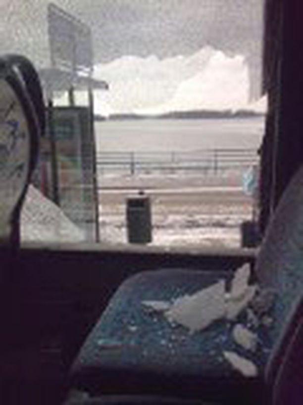 Rikkonaisesta ikkunasta tippui lasinpalasia bussinmatkan aikana.