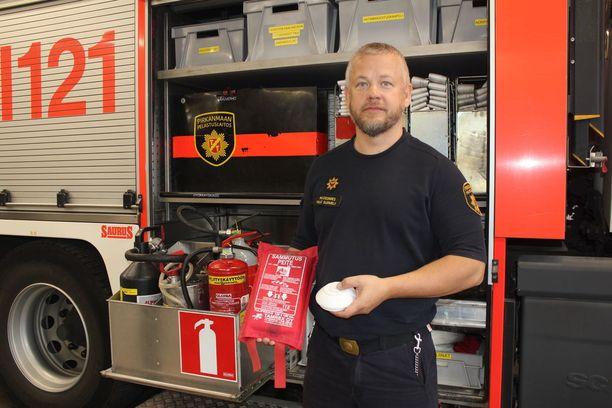 Paloesimies Ville Suomela muistuttaa palovaroittimen ja alkusammutusvälineistön tarpeellisuudesta.