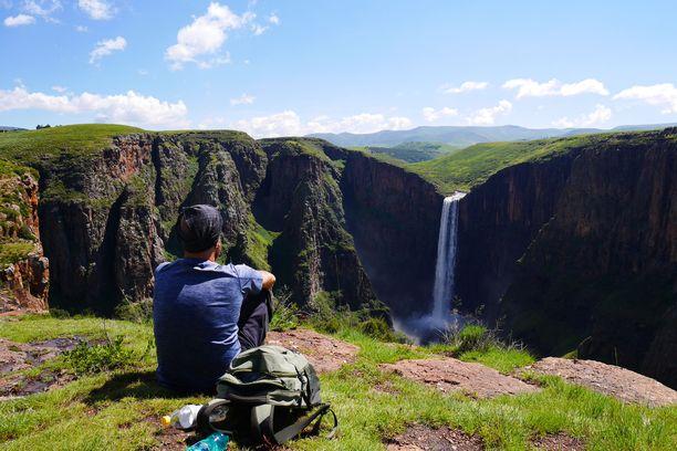 Tero Mäkinen on kokenut reissaaja. Tässä hän ihailee vesiputouksia Afrikan Lesothossa.