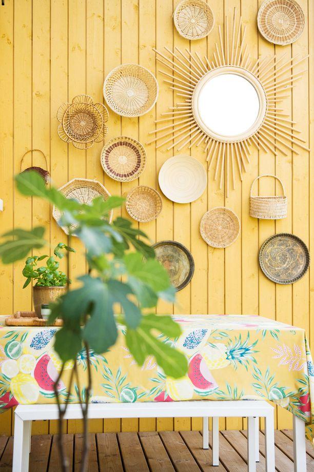 Irene teki terassin seinään kollaasin Etsystä löytyneestä aurinkopeilistä ja kirppiksiltä haalituista koreista.