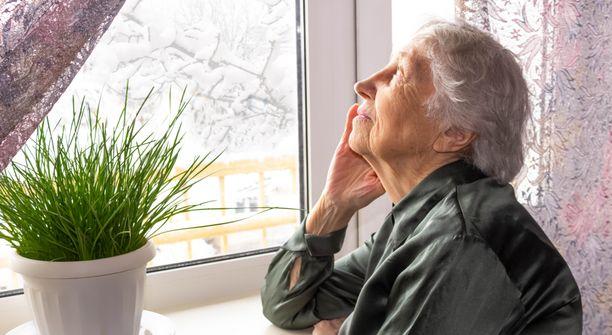 Yli 70-vuotiaiden on hyvä nyt suojautua pysymällä kotona.