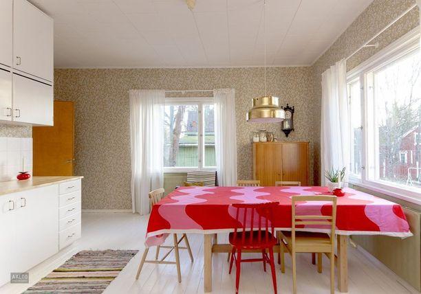 1950-luvulla rakennetun talon keittiöön on vanhoista kaapistoista rakennettu kaunis ja toimiva kokonaisuus. Kaapistot ulottuvat aivan katon rajaan saakka.