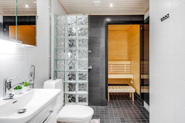 Sauna- ja kylpyhuonetiloissa on ylevää tunnelmaa mustine laattoineen.