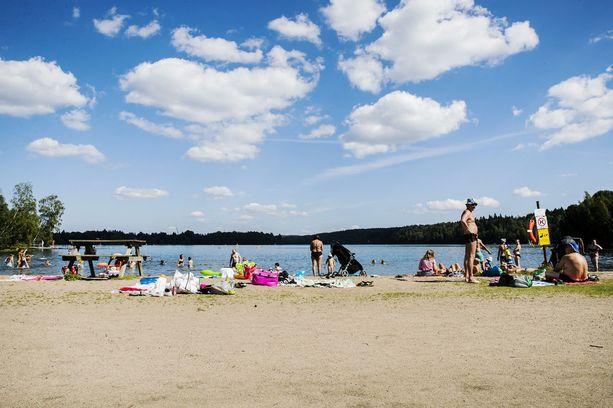 Kaukajärvellä Riihiniemen uimarannalla on heinäkuussa nautittu lämpimistä uimavesistä.