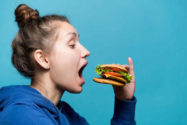 Nopeasti hotkaista ruoka voi olla kalorijytku.