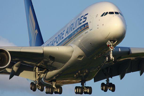 Singapore Airlinesin A380 laskeutuu Lontoon Heathrow'lle.