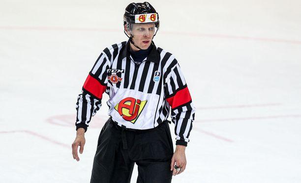 Jyri Rönn tuomaroi KHL:ssä neljä vuotta.