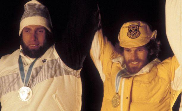 Unohtumattoman kisan palkintojenjako 36 vuoden takaa. Juha Miedolla kaulassa olympiahopea, Thomas Wassbergillä olympiakulta.