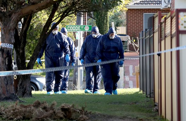 Rikospaikkatutkijat etsivät todisteita Harveyiden kotitalon edustalta 9. syyskuuta, kun ruumiit oli löydetty.