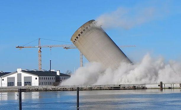 Henkilövahingoilta vältyttiin, vaikka torni kaatui väärään suuntaan.