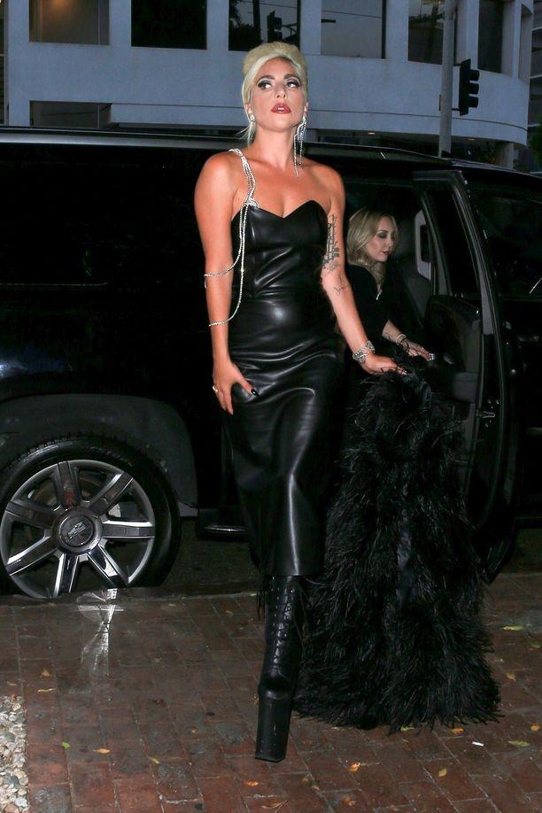 Lady Gaga näyttää gagamaisen hyvältä: hän pukeutui olkaimettomaan nahkamekkoon ja huimaavan korkeisiin nilkkureihin Haus Laboratories -kauneusbrändinsä bileisiin. Asukokonaisuus henkii vahvasti uuden brändin ja vanhojen Matrix-elokuvien tunnelmaa.