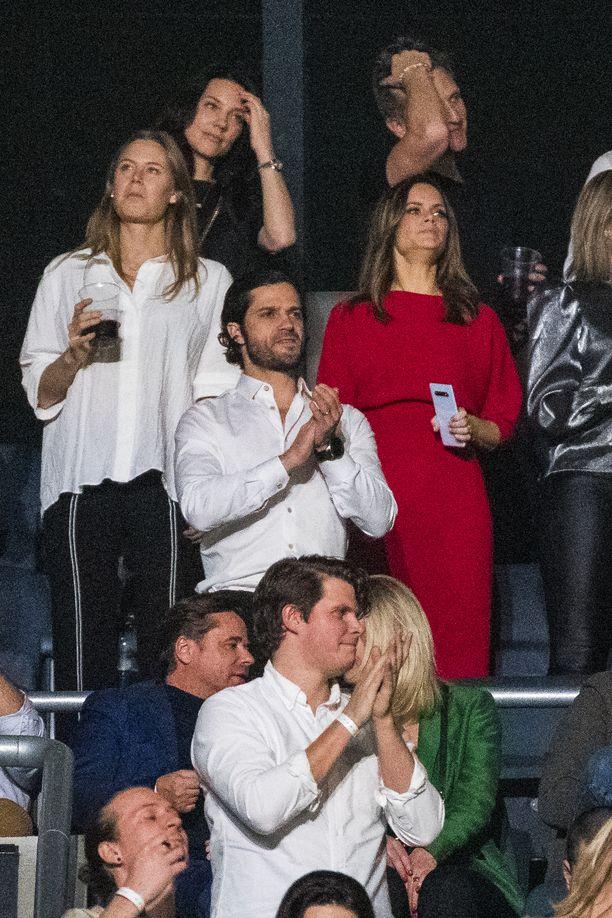 Prinssi Carl Philip ja prinsessa Sofia konserttiyleisössä.