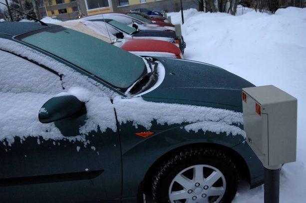 Talviautoilijaa voivat auttaa jopa sanomalehti ja pala pahvia.