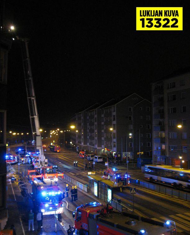 Uhkaavan tilanteen vuoksi paikalla oli runsaasti pelastusyksiköitä.