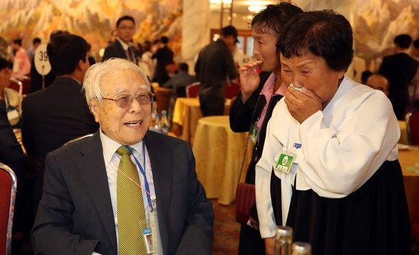 101-vuotias Paek Seong-gyu on onnellinen tavatessaan lapsenlapsensa Baek Yong-okin ensimmäistä kertaa.