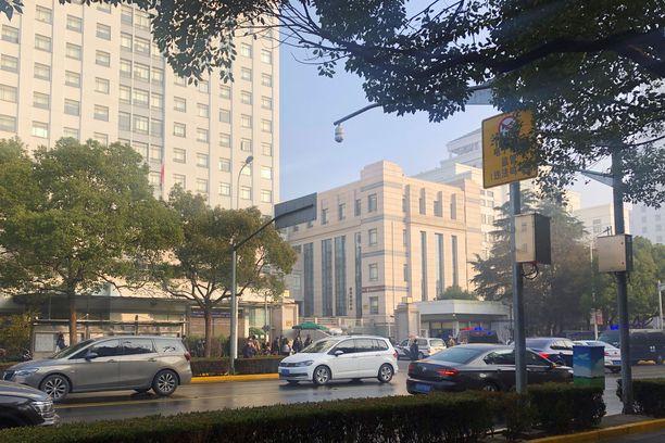 Tuomioistuimen edessä Shanghaissa näkyi maanantaina poliisiautoja.