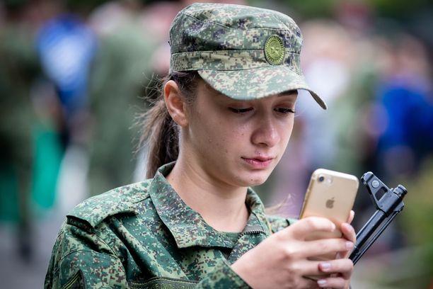 Erityisen vaarallisina pidetään sotilaiden viattomasti jakamia selfie-kuvia. Niiden tausta voi paljastaa, minne sotilas on sijoitettuna.