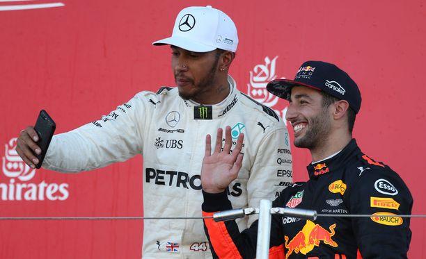 Lewis Hamilton napsi kuvia palkintopallilla. Hetkeä myöhemmin Daniel Ricciardo teki samoin - Hamiltonin puhelimella.