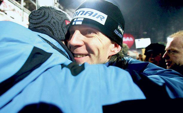 Valmentaja Tommi Nikusen onnitteluhalaus Itävallan osakilpailun jälkeen.