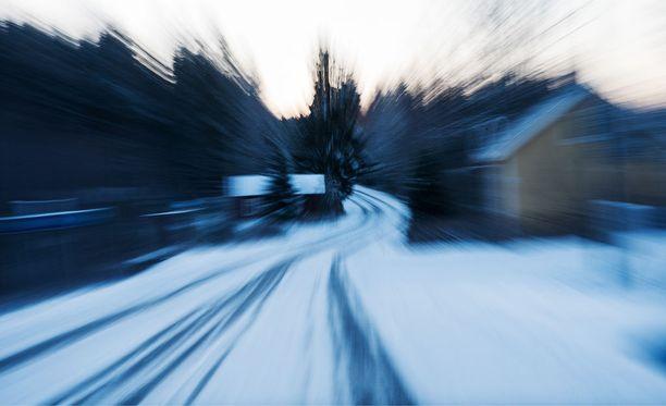 Ilmatieteen laitos varoittaa huonosta ajokelistä Suomen liukkailla teillä.