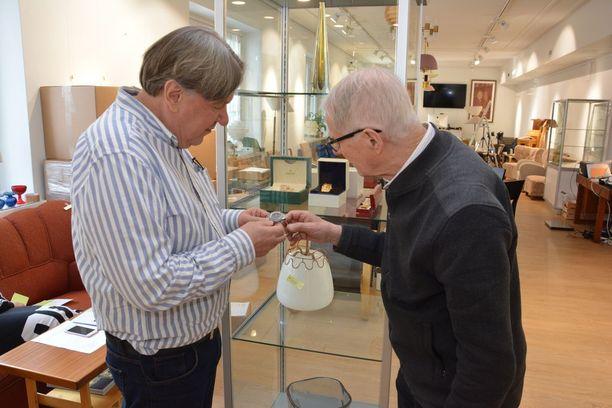 Jukka Takala huutokauppayhtiö Annmariksesta aikoo myydä Martti Mäkisen harvinaisen kellon kansainvälisessä livehuutokaupassa 18. maaliskuuta.