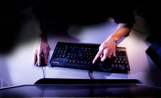 Turun Sanomien mukaan suomalaiset menettävät vuosittain miljoonia nettihuijareille.