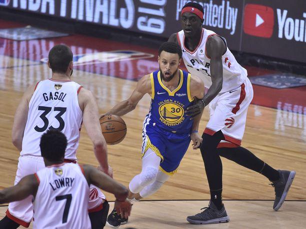 Stephen Curry (keskellä) oli ottelun kovin pisterohmu.
