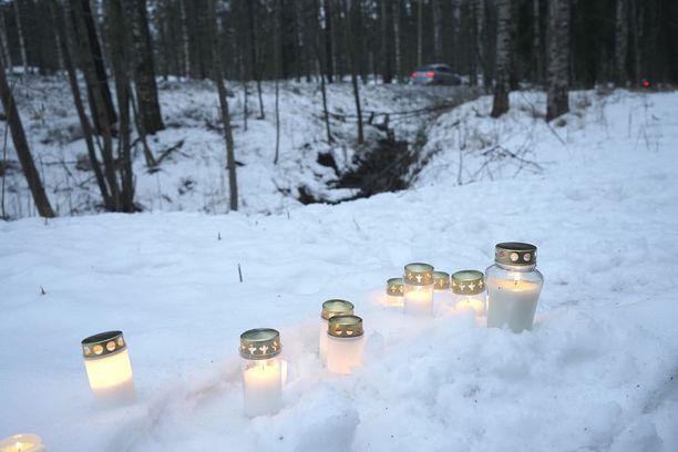 Ihmiset veivät kuolleen pojan löytöpaikan läheisyyteen kynttilöitä viikko sitten.
