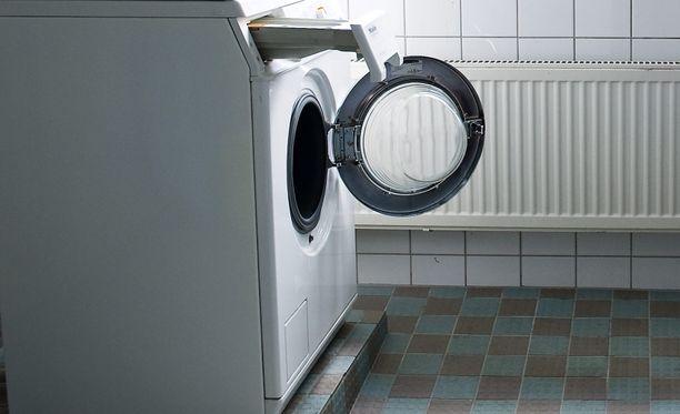 Poliisin tietojen mukaan mies oli uhannut pesutuvassa asioimassa ollutta vanhusta teräaseella.