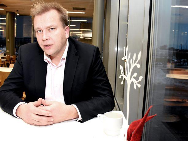Puheenjohtajasuosikkeihin kuuluva Antti Kaikkonen aikoo kuulostella, onko hänellä omiensa keskuudessa aitoa kannatusta keskustan seuraavaksi puheenjohtajaksi.