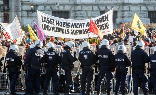 Reilut 5 000 ihmistä osoitti mieltään maanantaina äärioikeistoa vastaan Itävallan pääkaupungissa Wienissä.