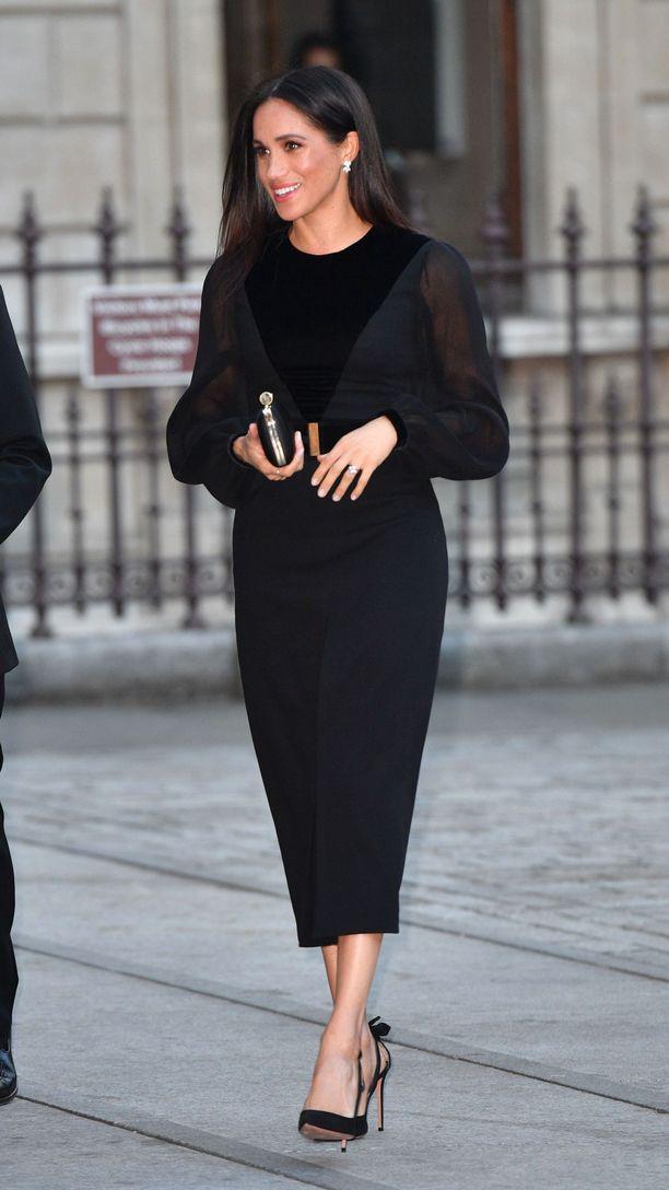Meghan suosii Givenchya edustusvaatteissaan: tässä yksi tyylinäyte.