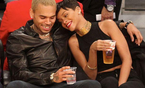 Rihanna sanoo päättäneensä antaa itsensä olla onnellinen synkkien vuosien jälkeen. Yhteen palannut pariskunta näytti onnelliselta joulun aikaan koripallokatsomossa.