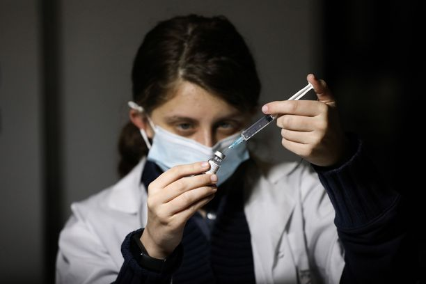 Israelilaishoitaja valmistautui antamaan rokotetta Jerusalemissa helmikuussa. Tiistaihin mennessä maassa oli jaettu jo yhdeksän miljoonaa rokoteannosta eli 99 sataa ihmistä kohden.