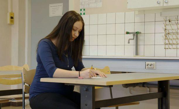 Bea suorittaa peruskoulun loppuun ja saa opiskelupaikan lähihoitajakoulusta. Tulevaisuuden tähtäimessä on kätilön työ.