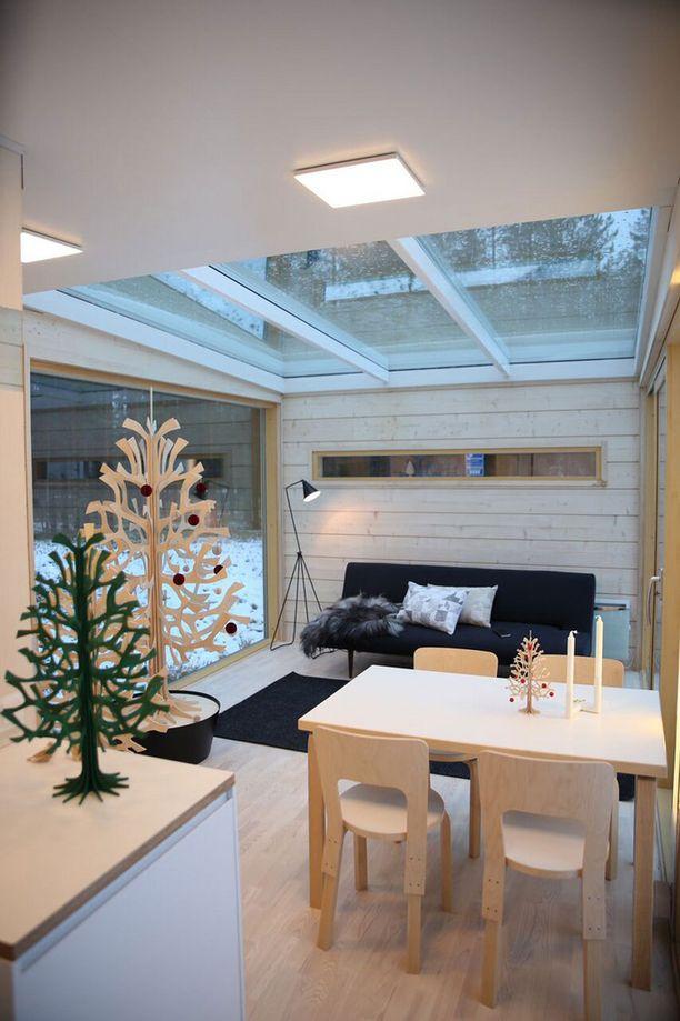 Suunnittelijan ajatus on, että runsas lasipinta mahdollistaa näkyvyyden ympäristöön ja lisää mukavuutta.