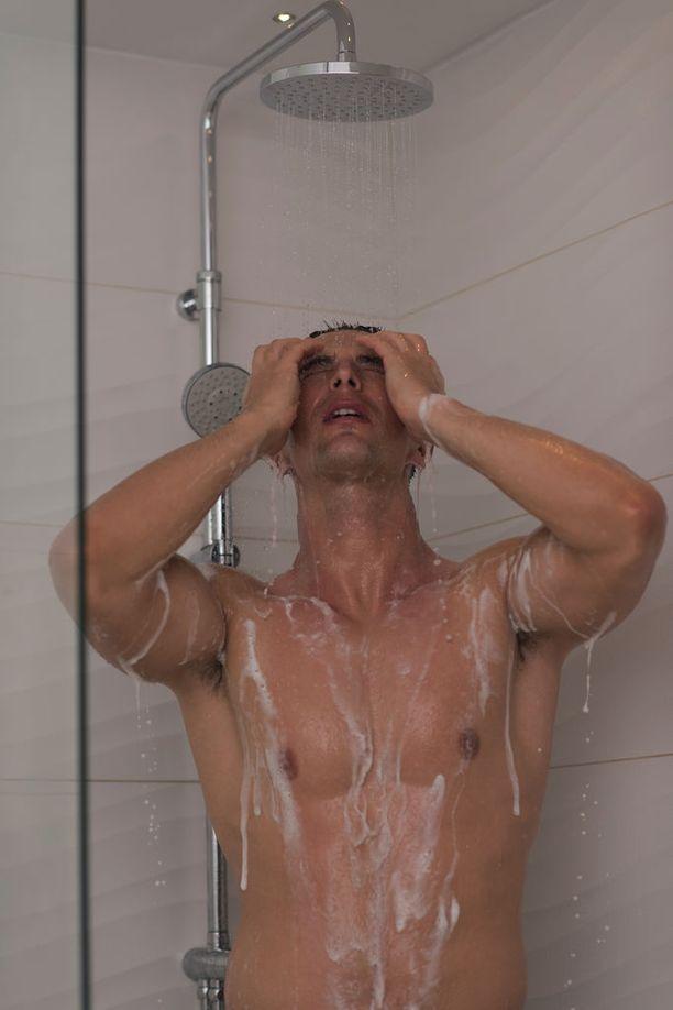 Seksiä odottanut mies menetti suihkun aikana lompakkonsa (kuvituskuva).